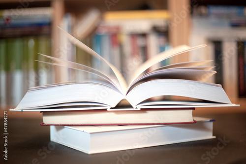 Obraz książka w bibliotece - fototapety do salonu