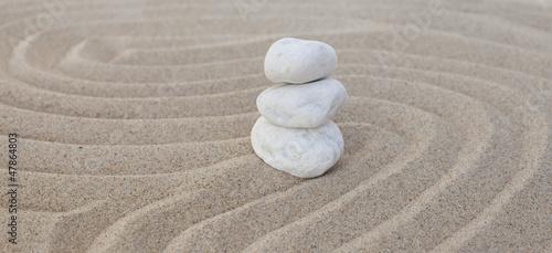 Photo sur Plexiglas Zen pierres a sable galets blancs zen en équilibre dans le sable