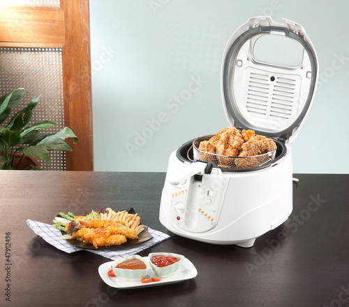 Fotomural  Let's do your chicken fried by using deep fryer machine