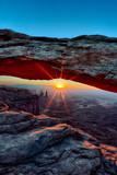 pionowy widok wschodu słońca w Mesa Arch - 47914462