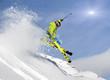 Jugendlicher Skifahrer springt im Tiefschnee