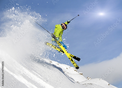 Foto-Schmutzfangmatte - Jugendlicher Skifahrer springt im Tiefschnee (von grafikplusfoto)