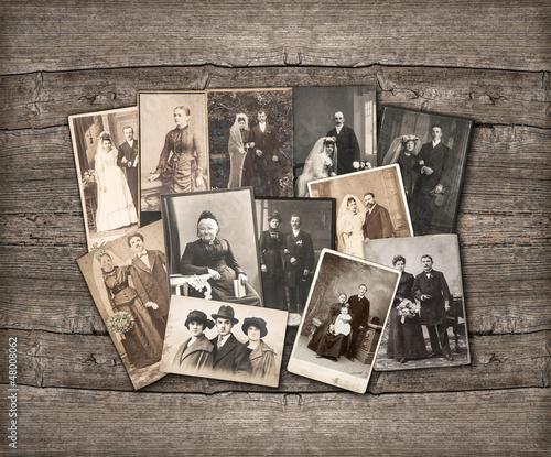 Photo vintage family photos on wooden background