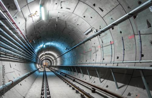 Podziemny tunel z niebieskimi światłami