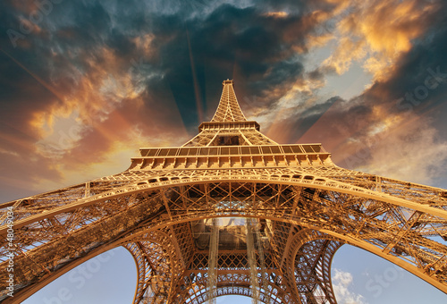 Poster Tour Eiffel Beautiful view of Eiffel Tower in Paris with sunset colors