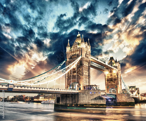 Foto op Canvas Londen Beautiful sunset colors over famous Tower Bridge in London