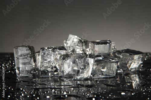 Kostki lodu odizolowane na czarno