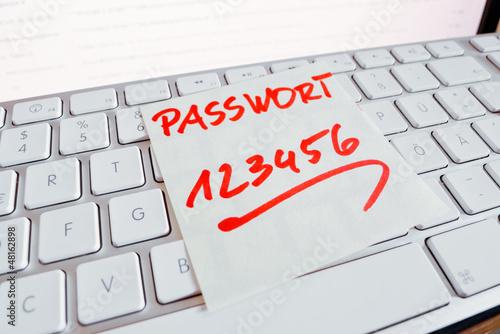 Fotografía  Notiz auf Computer Tastatur: Passwort 123456