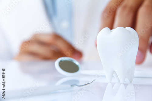 Photo dentist holding molar,dental concept