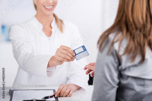 Fotografía  patientin und arzthelferin mit versicherungskarte
