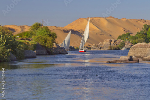 In de dag Egypte Typical sailing on the Nile. (Aswan, Egypt).