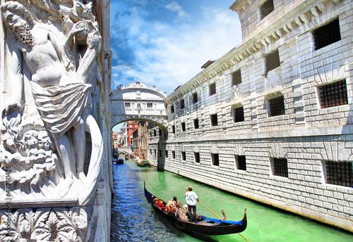 Cadres-photo bureau Venice Venice --gondolas passing over Bridge of Sighs