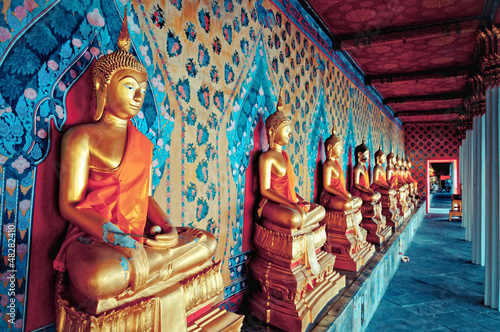Photo sur Aluminium Buddha golden statues of Buddha in Wat Arun temple, Bangkok