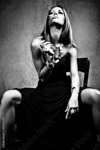 kobieta-w-czarnej-sukni-z-papierosem