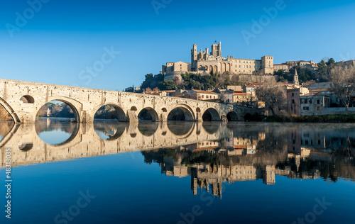 La pose en embrasure Ponts Le Pont Vieux et la cathédrale sur l'Or à Béziers, Hérault, Occitanie , France