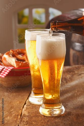 nalewanie-szklanek-z-pienistym-piwem