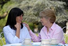 Señoras Amigas Compartiendo En Un Jardín,conversando.