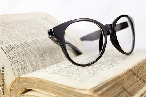 Obraz Okulary i słownik - fototapety do salonu