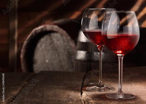 dwie-szklanki-czerwonego-wina-na-stole