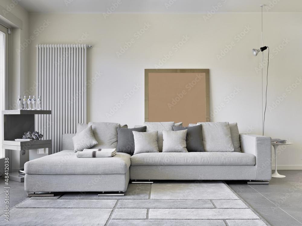 Foto divano di tessuto nel soggiorno moderno