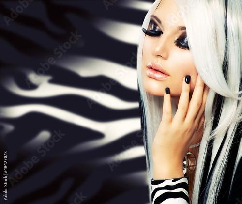 beauty-fashion-girl-w-stylu-czarno-bialym-dlugie-biale-wlosy