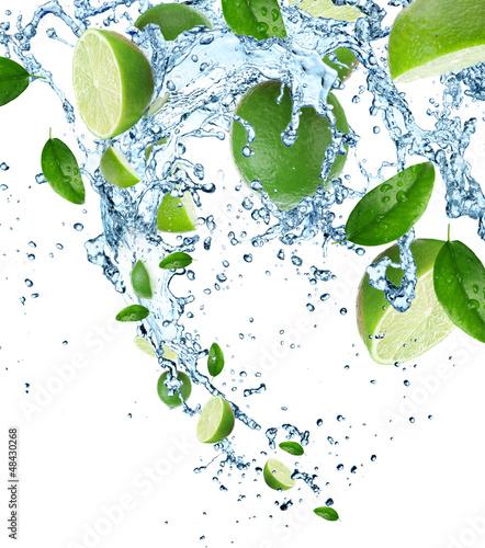 Foto op Aluminium Opspattend water Fresh limes in water splash