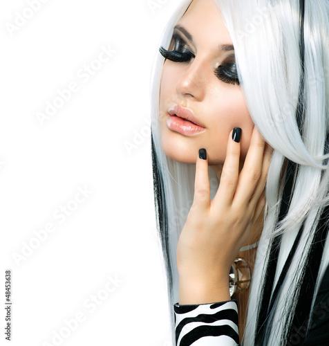 moda-uroda-dziewczyna-czarno-bialy-styl-dlugie-biale-wlosy