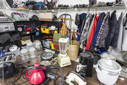 Fototapeta Sprzedaż garażu wewnętrznego, sprzęt AGD, odzież i wiele więcej.