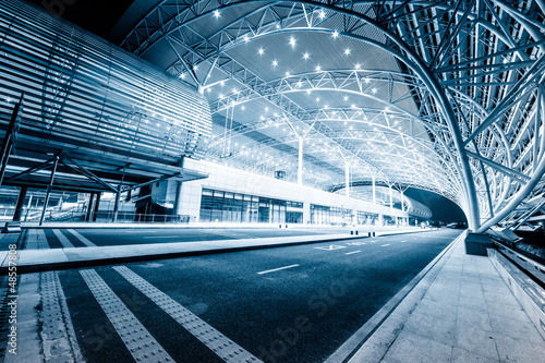 nowoczesny-dworzec-kolejowy-w-nocy