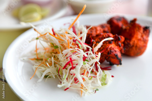 Photo  Spicy tandoori chicken and cabbage salad