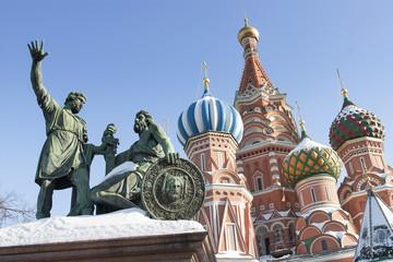 Fototapeta na wymiar Bronze monument of Dmitry Pozharsky and Kuzma Minin in front of