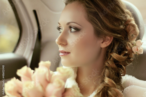 Cuadros en Lienzo Beautiful bride woman portrait with bridal bouquet posing in her