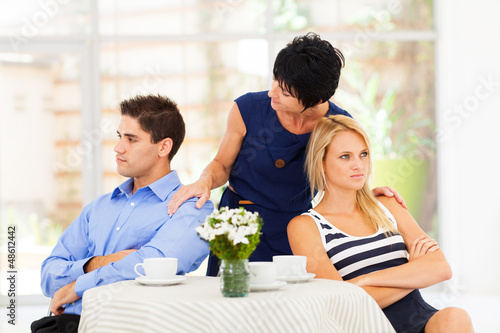 Fotomural caring mother reconciling fighting young couple
