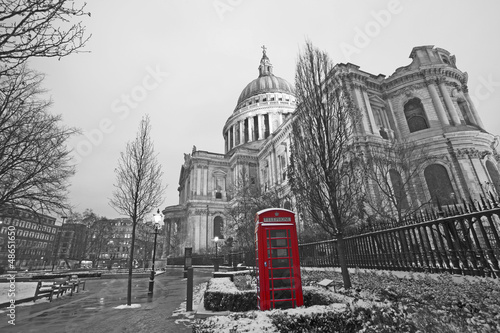 Fotobehang Rood, zwart, wit St Paul's Cathedral and Red Phonebooth
