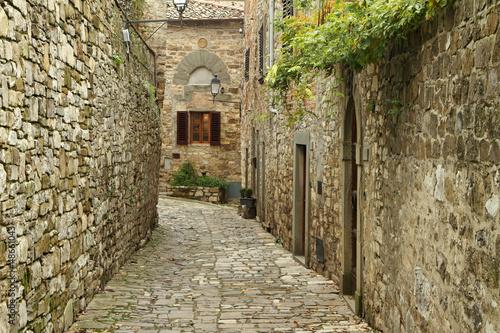 waska-brukowana-uliczka-we-wloskiej-wiosce-montefioralle