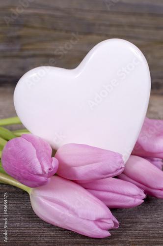 Akustikstoff - Herz mit rosa Tulpen auf Holz (von grafikplusfoto)