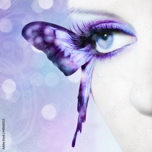 widok-na-piekna-kobiece-oko-z-bliska-ze-skrzydlami-motyla