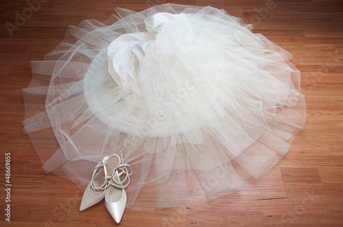 Obraz na plátně Chaussure de mariée et jupon blanc au sol - Préparatif de mariage