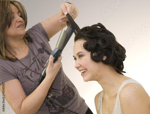 Femme se faisant coiffer Canvas Print