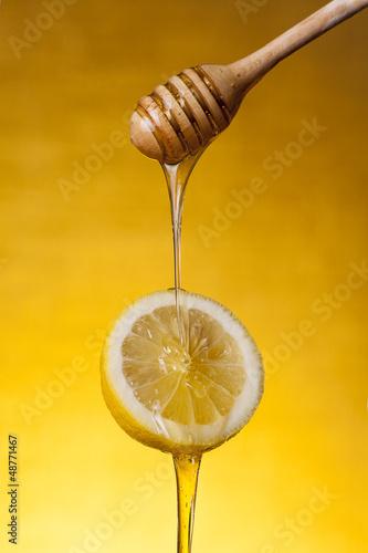 Photo  Close-up shot of honey flowing on lemon