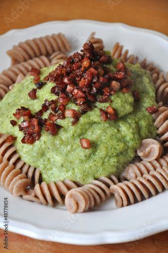 Fotografie, Obraz  Těstoviny mit grüner Brokkolisauce und Speck