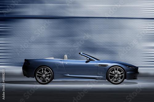 Photo  Offener Sportwagen vor futuristischer Kulisse