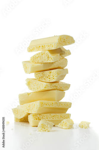 Staande foto Zuivelproducten Pieces of white porous chocolate