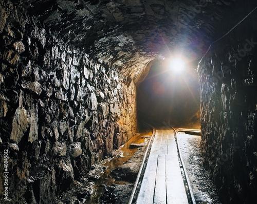 Fototapeta premium Kopalnia z torami kolejowymi - górnictwo podziemne
