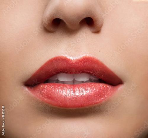 zamknij-sie-czerwone-blyszczace-kobiece-usta