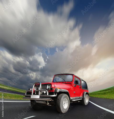 samochod-z-napedem-na-wszystkie-kola-na-opustoszalej-autostradzie