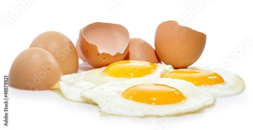 Deurstickers Gebakken Eieren Huevos aislados sobre fondo blanco.
