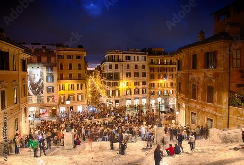 rzym-3-listopada-ludzie-wspinaja-sie-po-hiszpanskich-schodach-piazza