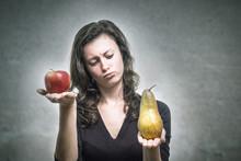 Junge Frau Vergleicht Apfel Un...