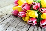Fototapeta Tulipany - Tulpenstrauß auf altem Holzbrett